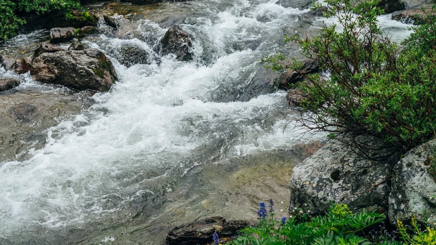 Water rushing through rocks meeting